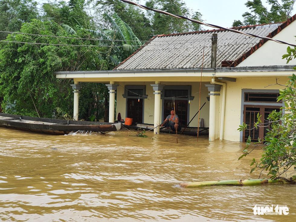 Nhà vẫn ngập gần tới mái ở rốn lũ Quảng Trị dù lũ đã rút - Ảnh 5.