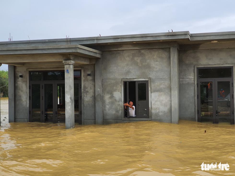 Nhà vẫn ngập gần tới mái ở rốn lũ Quảng Trị dù lũ đã rút - Ảnh 8.