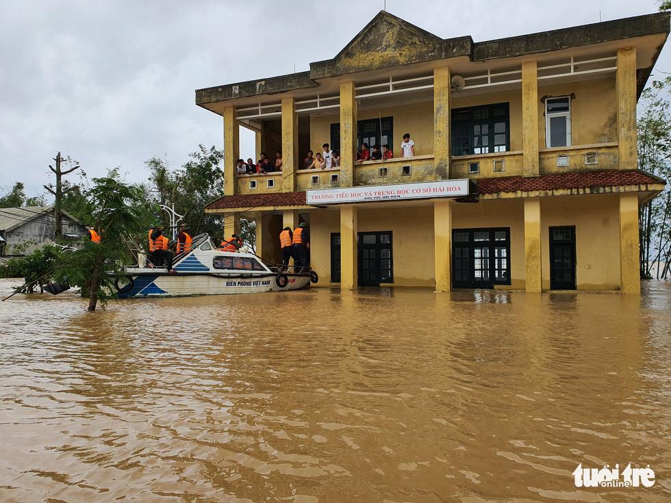 Nhà vẫn ngập gần tới mái ở rốn lũ Quảng Trị dù lũ đã rút - Ảnh 12.
