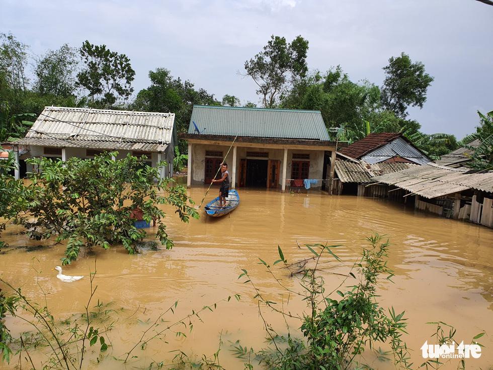 Nhà vẫn ngập gần tới mái ở rốn lũ Quảng Trị dù lũ đã rút - Ảnh 2.