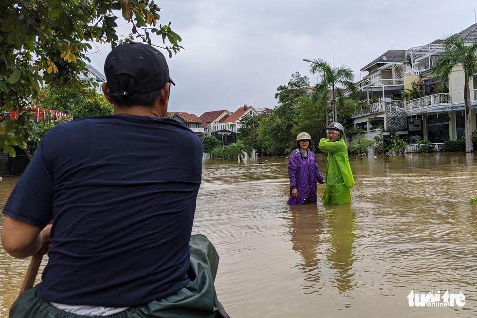 Nước lên nhanh, người dân bắt thuyền máy đi giữa TP Huế - Ảnh 8.