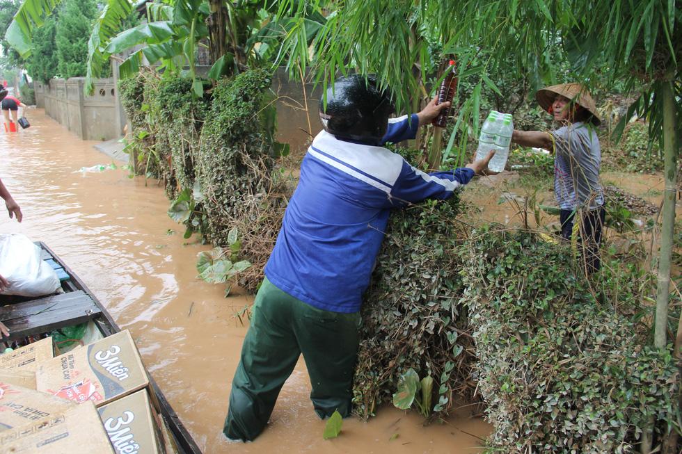 Mang hàng cứu trợ dân làng bị nước lũ vây suốt 4 ngày ở Quảng Trị - Ảnh 7.