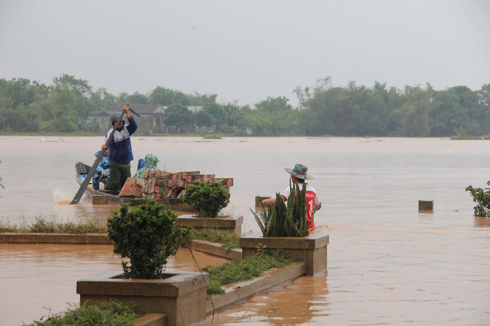Mang hàng cứu trợ dân làng bị nước lũ vây suốt 4 ngày ở Quảng Trị - Ảnh 9.
