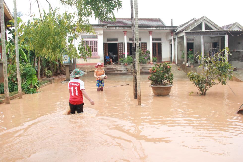 Mang hàng cứu trợ dân làng bị nước lũ vây suốt 4 ngày ở Quảng Trị - Ảnh 11.