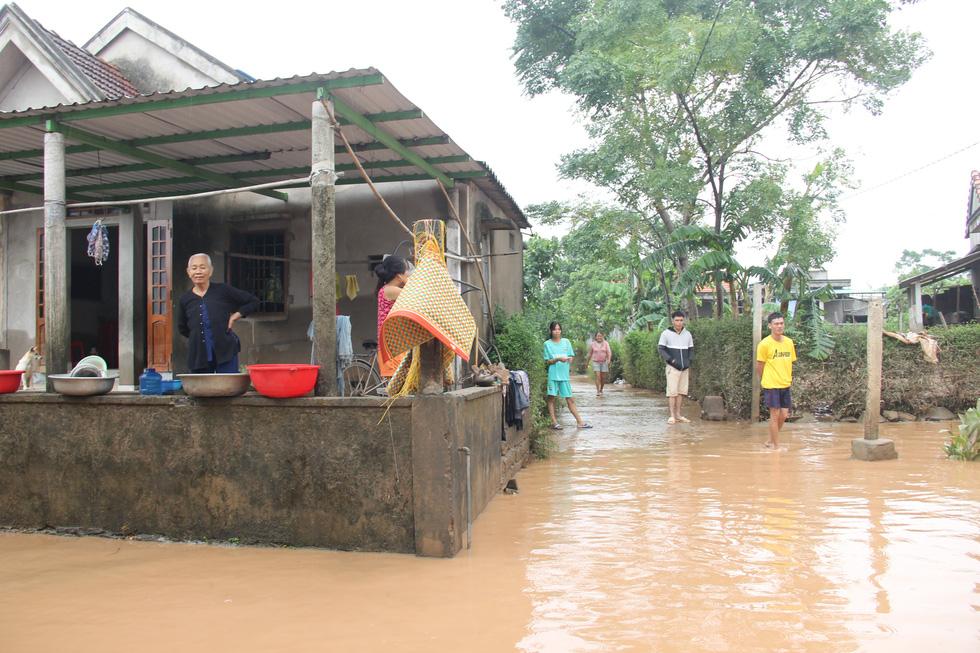 Mang hàng cứu trợ dân làng bị nước lũ vây suốt 4 ngày ở Quảng Trị - Ảnh 5.