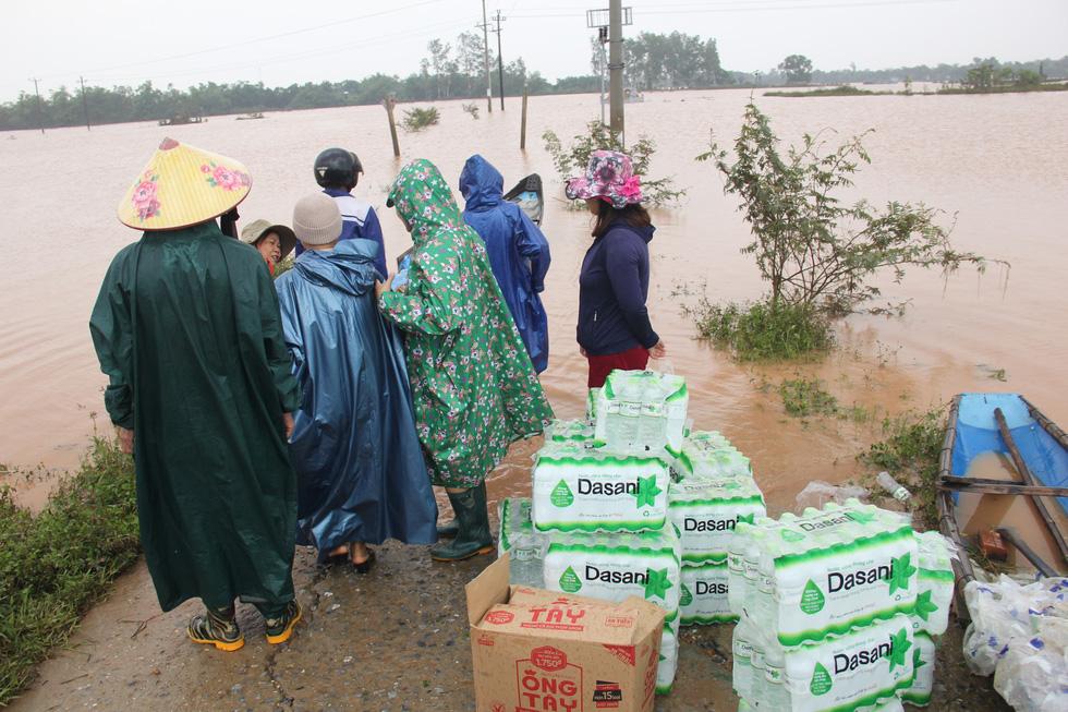 Mang hàng cứu trợ dân làng bị nước lũ vây suốt 4 ngày ở Quảng Trị - Ảnh 4.