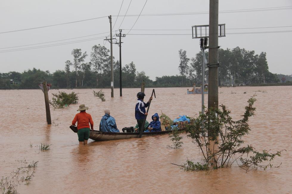 Mang hàng cứu trợ dân làng bị nước lũ vây suốt 4 ngày ở Quảng Trị - Ảnh 2.