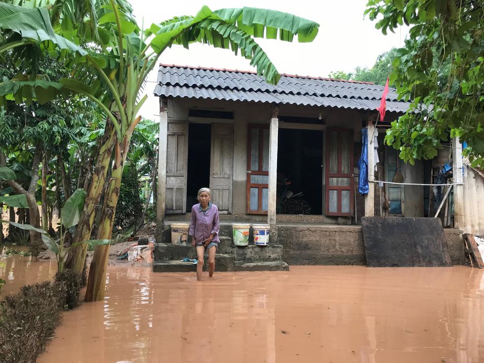 Mang hàng cứu trợ dân làng bị nước lũ vây suốt 4 ngày ở Quảng Trị - Ảnh 8.