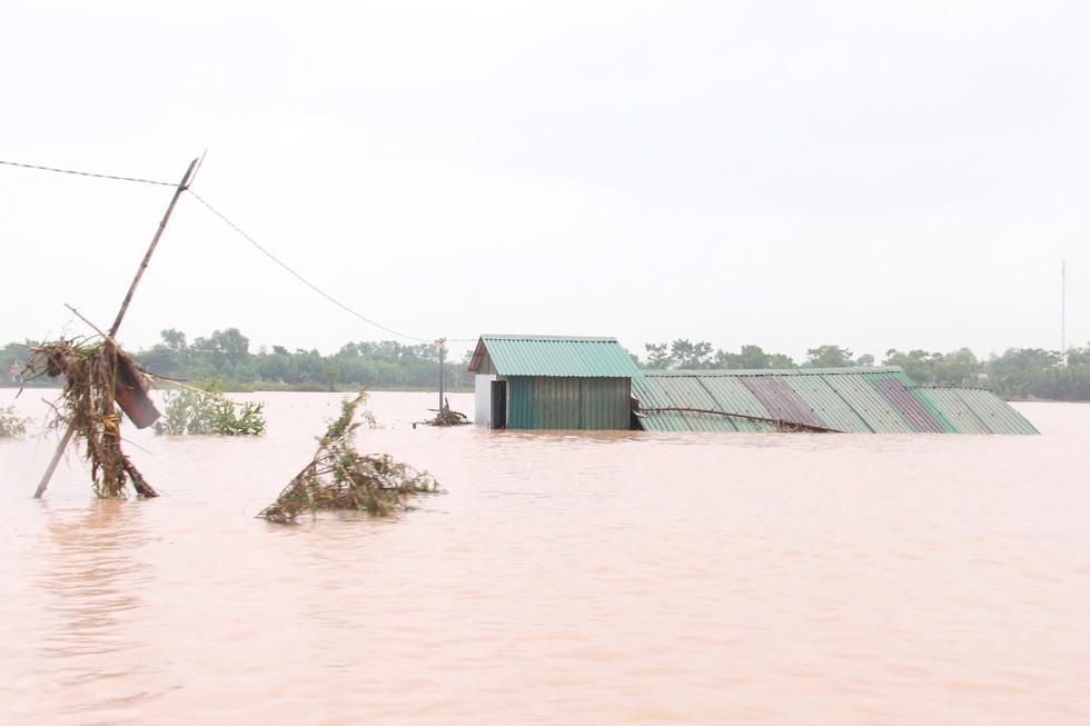 Mang hàng cứu trợ dân làng bị nước lũ vây suốt 4 ngày ở Quảng Trị - Ảnh 3.