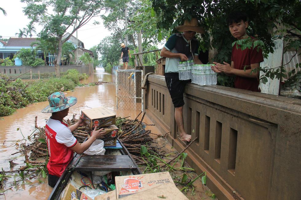 Mang hàng cứu trợ dân làng bị nước lũ vây suốt 4 ngày ở Quảng Trị - Ảnh 6.