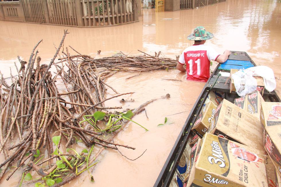 Mang hàng cứu trợ dân làng bị nước lũ vây suốt 4 ngày ở Quảng Trị - Ảnh 1.
