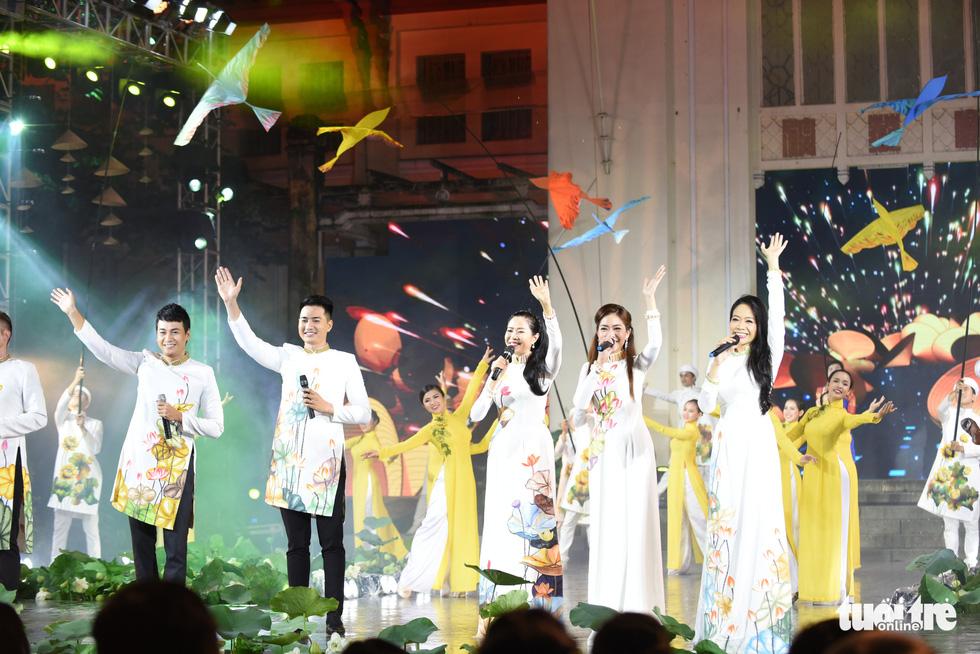 Lung linh sắc màu đêm khai mạc Lễ hội áo dài 2020 - Ảnh 9.