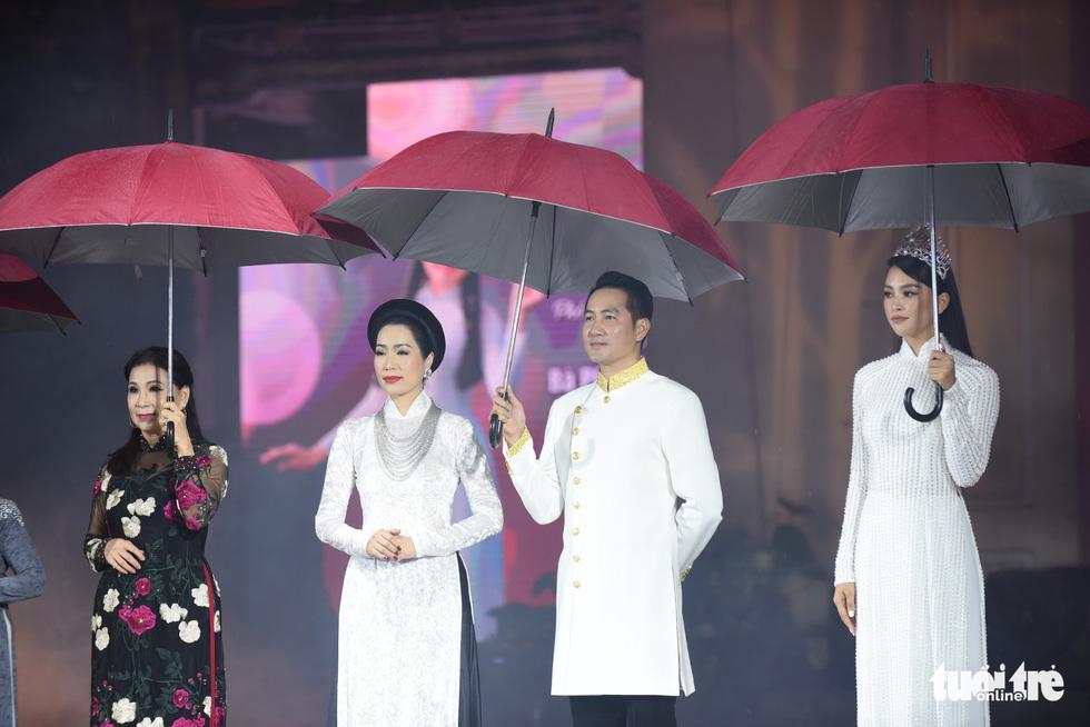 Lung linh sắc màu đêm khai mạc Lễ hội áo dài 2020 - Ảnh 2.