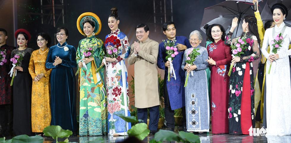 Lung linh sắc màu đêm khai mạc Lễ hội áo dài 2020 - Ảnh 1.