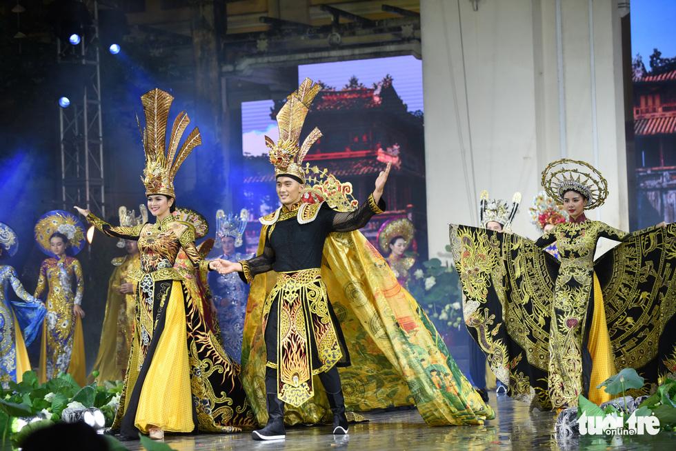 Lung linh sắc màu đêm khai mạc Lễ hội áo dài 2020 - Ảnh 5.