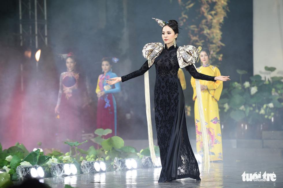 Lung linh sắc màu đêm khai mạc Lễ hội áo dài 2020 - Ảnh 7.