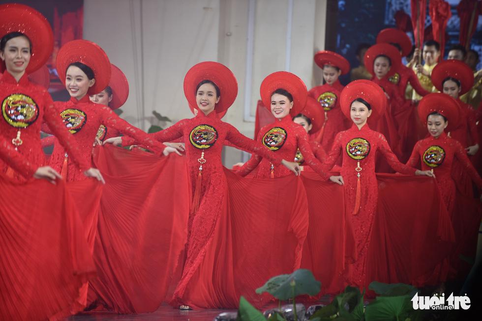 Lung linh sắc màu đêm khai mạc Lễ hội áo dài 2020 - Ảnh 8.