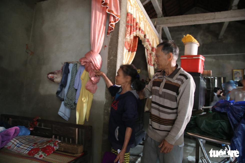 Báo Tuổi Trẻ cứu trợ khẩn cấp bà con ở rốn lũ miền Trung - Ảnh 4.