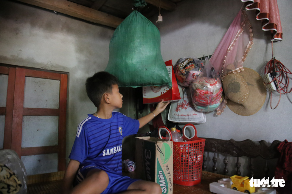 Báo Tuổi Trẻ cứu trợ khẩn cấp bà con ở rốn lũ miền Trung - Ảnh 5.