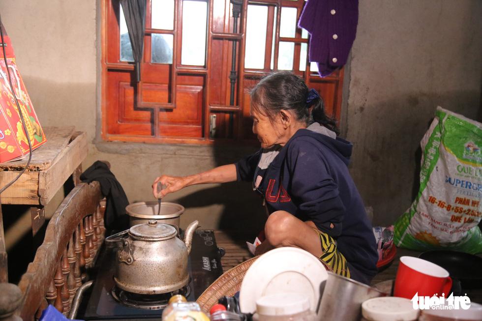 Báo Tuổi Trẻ cứu trợ khẩn cấp bà con ở rốn lũ miền Trung - Ảnh 6.