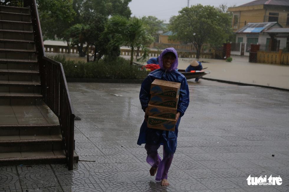 Báo Tuổi Trẻ cứu trợ khẩn cấp bà con ở rốn lũ miền Trung - Ảnh 9.