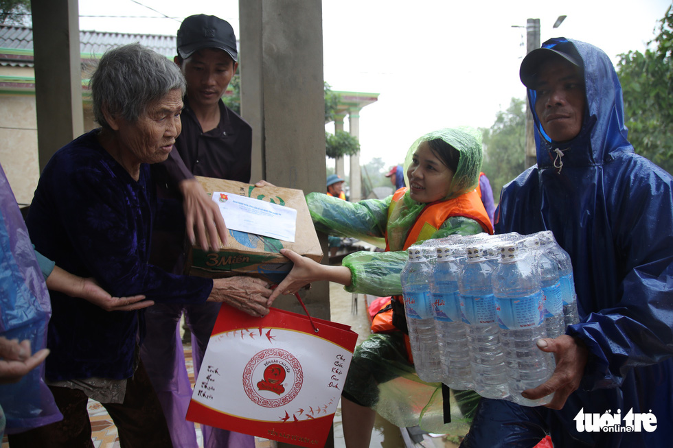 Báo Tuổi Trẻ cứu trợ khẩn cấp bà con ở rốn lũ miền Trung - Ảnh 2.