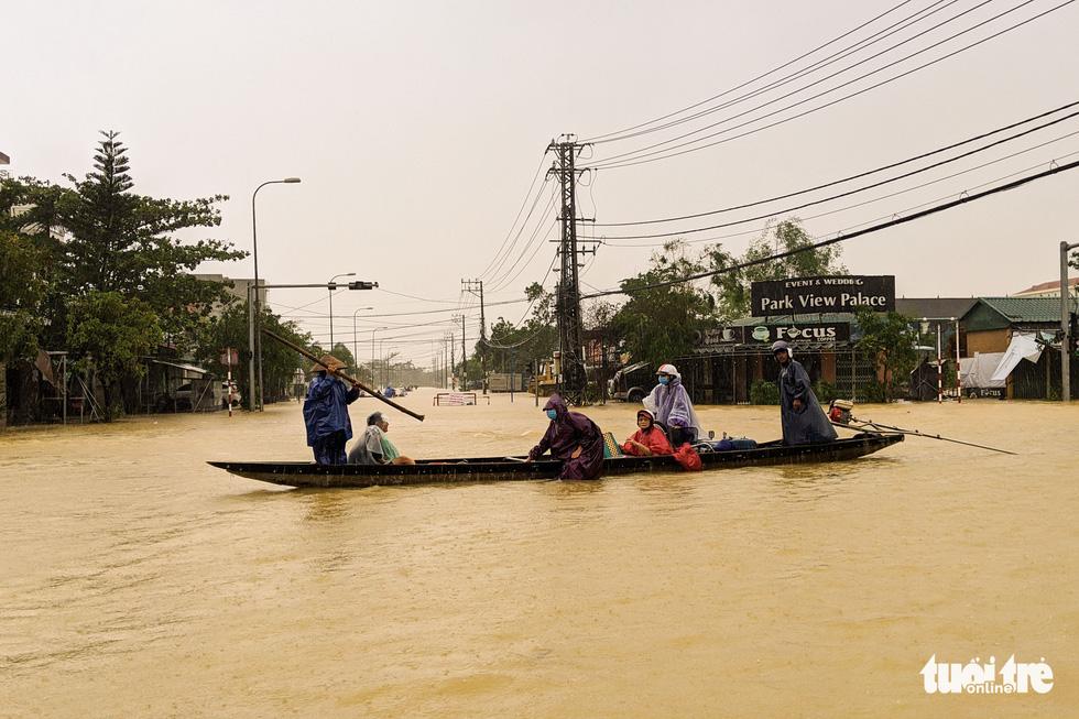 Cận cảnh rốn lũ cuối dòng sông Hương - Ảnh 2.
