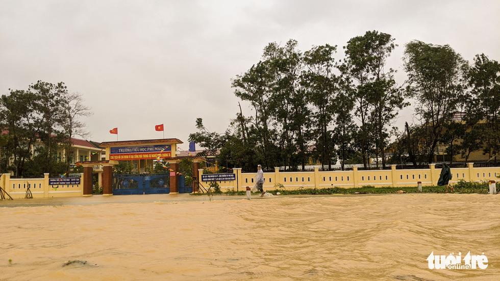 Cận cảnh rốn lũ cuối dòng sông Hương - Ảnh 6.