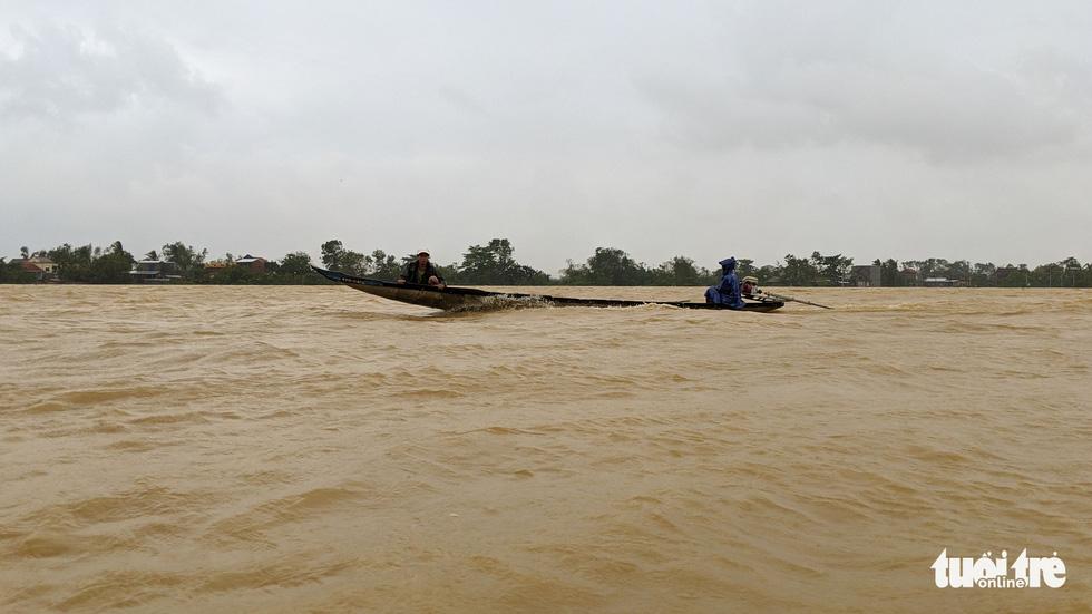 Cận cảnh rốn lũ cuối dòng sông Hương - Ảnh 9.