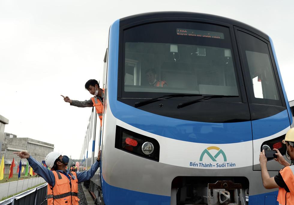 Bí thư Nguyễn Thiện Nhân trải nghiệm tàu metro số 1 - Ảnh 5.