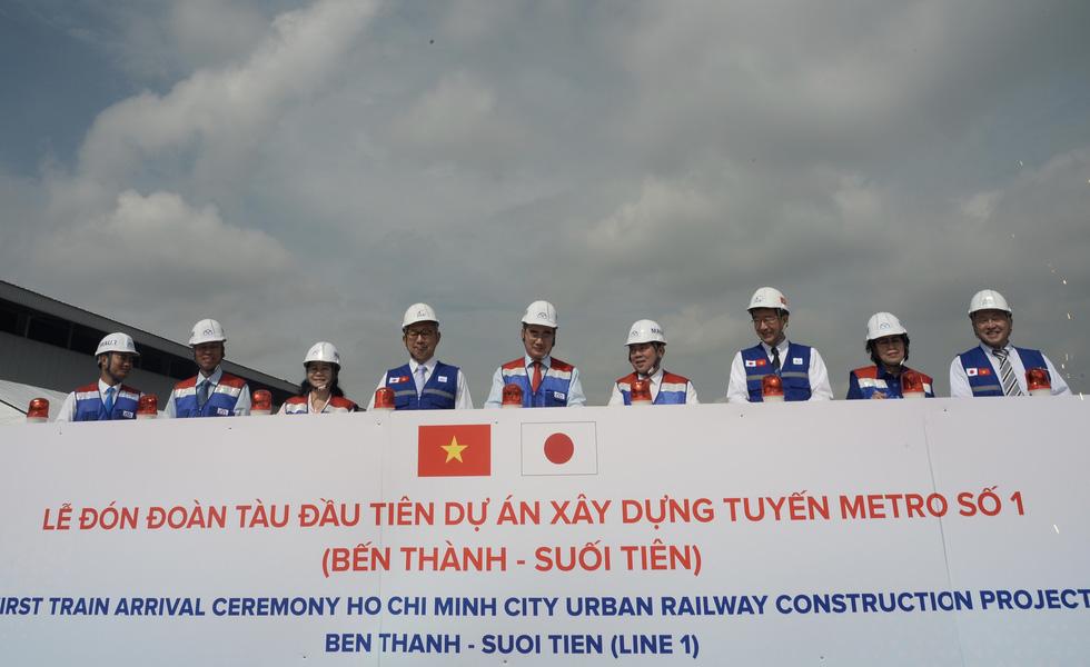 Bí thư Nguyễn Thiện Nhân trải nghiệm tàu metro số 1 - Ảnh 2.