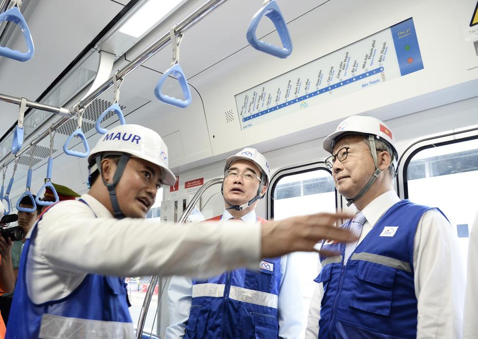 Bí thư Nguyễn Thiện Nhân trải nghiệm tàu metro số 1 - Ảnh 8.