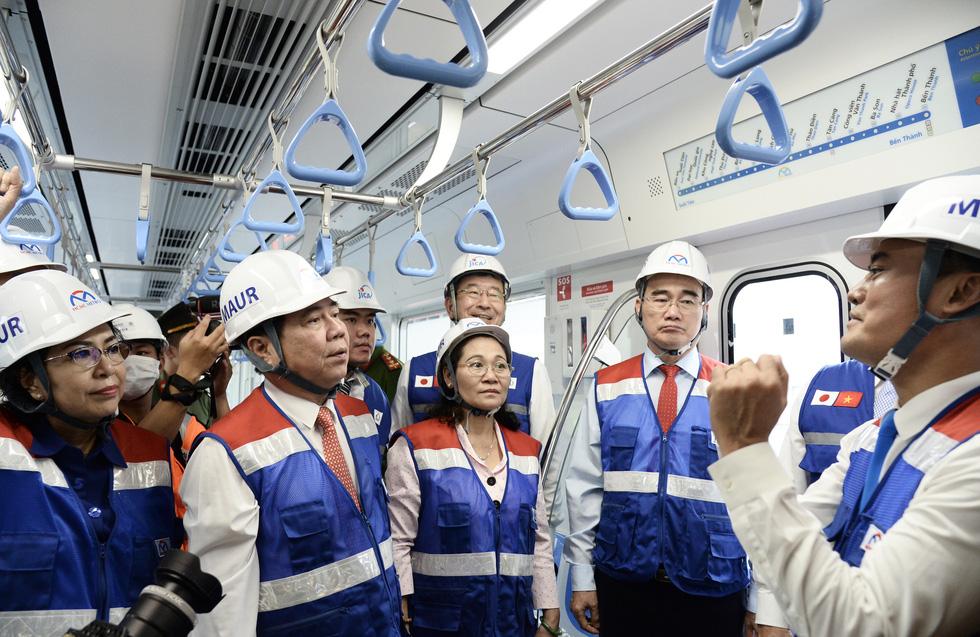 Bí thư Nguyễn Thiện Nhân trải nghiệm tàu metro số 1 - Ảnh 3.