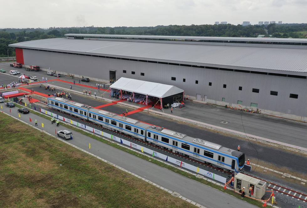 Bí thư Nguyễn Thiện Nhân trải nghiệm tàu metro số 1 - Ảnh 4.