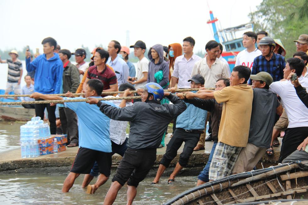 Trục vớt tàu tìm hai cha con mất tích khi chìm tàu cá trên sông Trường Giang - Ảnh 6.