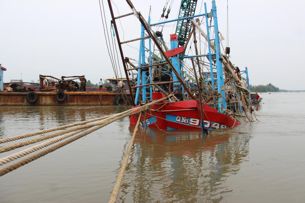 Trục vớt tàu tìm hai cha con mất tích khi chìm tàu cá trên sông Trường Giang - Ảnh 5.