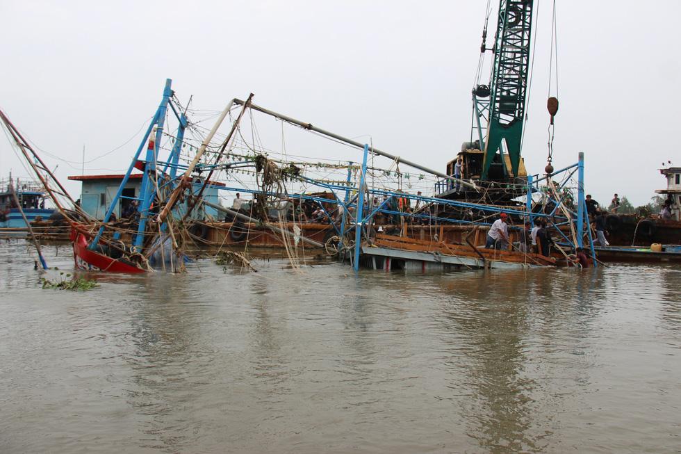 Trục vớt tàu tìm hai cha con mất tích khi chìm tàu cá trên sông Trường Giang - Ảnh 2.