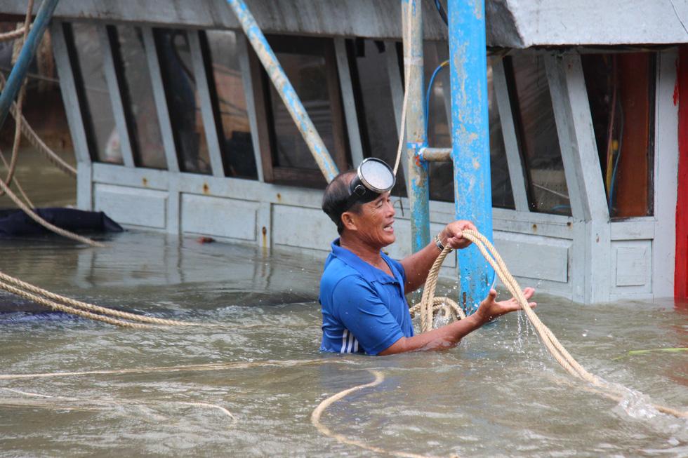 Trục vớt tàu tìm hai cha con mất tích khi chìm tàu cá trên sông Trường Giang - Ảnh 7.