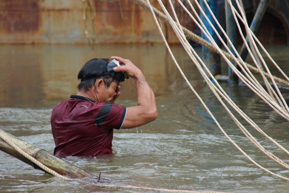Trục vớt tàu tìm hai cha con mất tích khi chìm tàu cá trên sông Trường Giang - Ảnh 8.