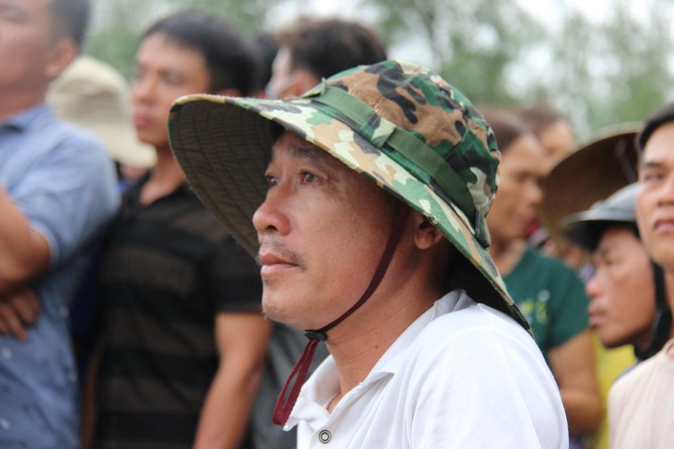 Trục vớt tàu tìm hai cha con mất tích khi chìm tàu cá trên sông Trường Giang - Ảnh 9.