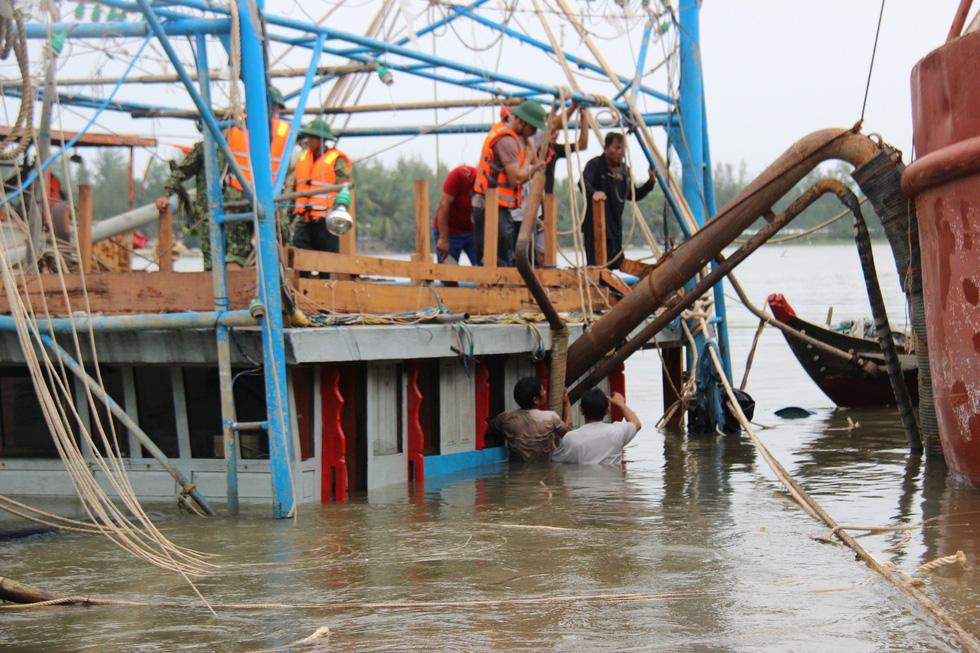 Trục vớt tàu tìm hai cha con mất tích khi chìm tàu cá trên sông Trường Giang - Ảnh 4.