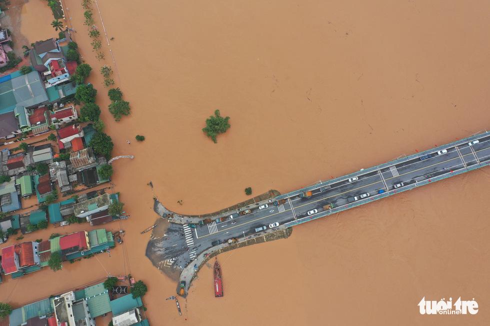 Quảng Trị chìm trong nước nhìn từ trên cao - Ảnh 4.