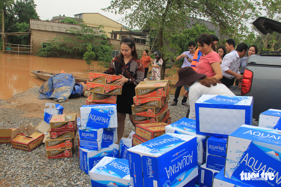 Hàng cứu trợ của Tuổi Trẻ vào nơi không còn thấy đường nào trên mặt nước - Ảnh 2.