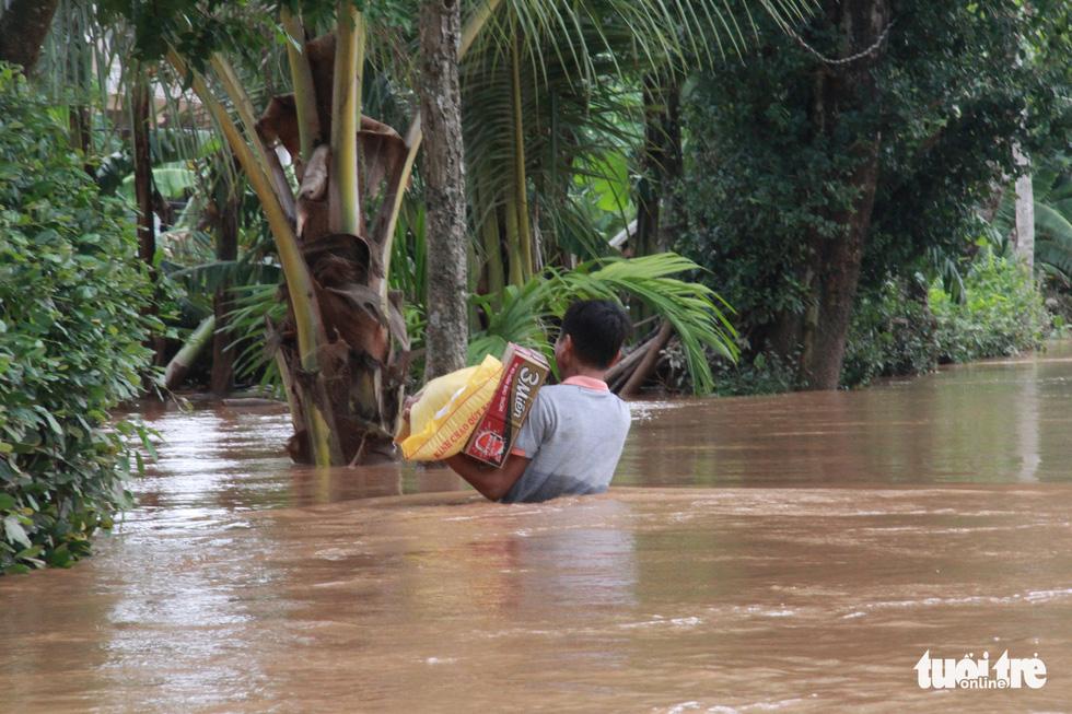 Hàng cứu trợ của Tuổi Trẻ vào nơi không còn thấy đường nào trên mặt nước - Ảnh 7.