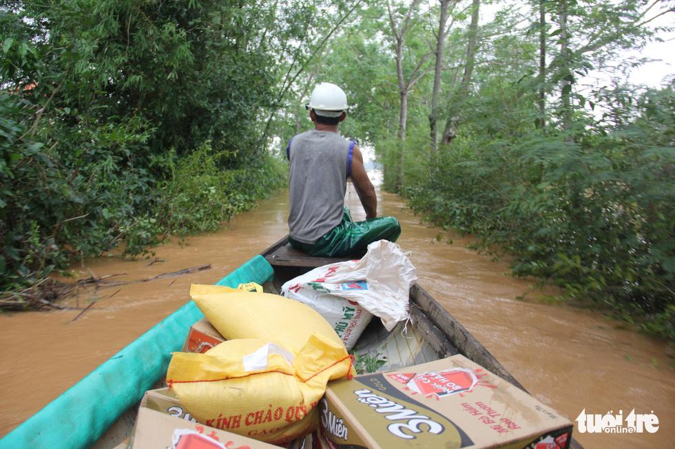 Hàng cứu trợ của Tuổi Trẻ vào nơi không còn thấy đường nào trên mặt nước - Ảnh 3.