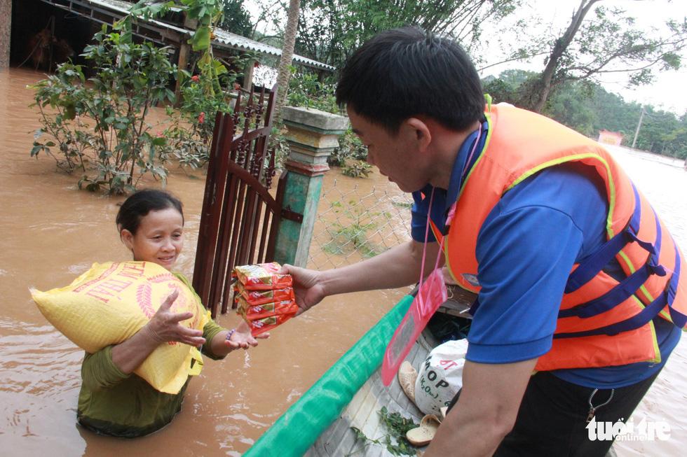 Hàng cứu trợ của Tuổi Trẻ vào nơi không còn thấy đường nào trên mặt nước - Ảnh 1.