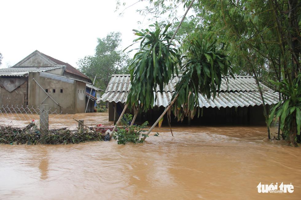 Hàng cứu trợ của Tuổi Trẻ vào nơi không còn thấy đường nào trên mặt nước - Ảnh 4.