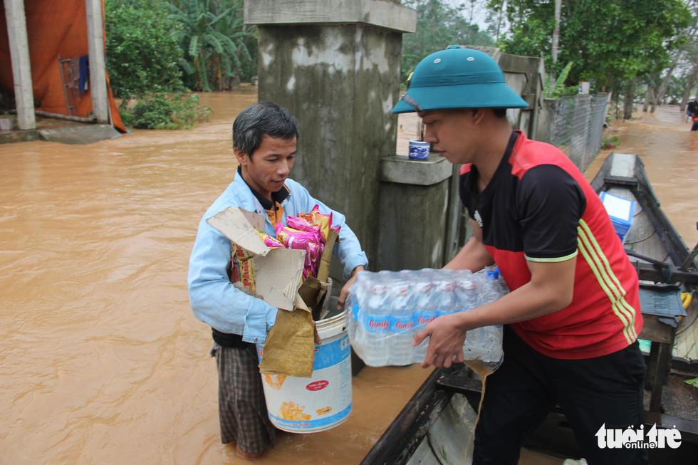 Hàng cứu trợ của Tuổi Trẻ vào nơi không còn thấy đường nào trên mặt nước - Ảnh 5.