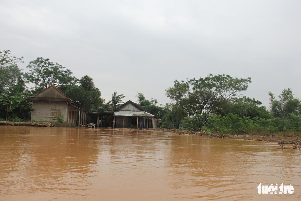 Hàng cứu trợ của Tuổi Trẻ vào nơi không còn thấy đường nào trên mặt nước - Ảnh 10.