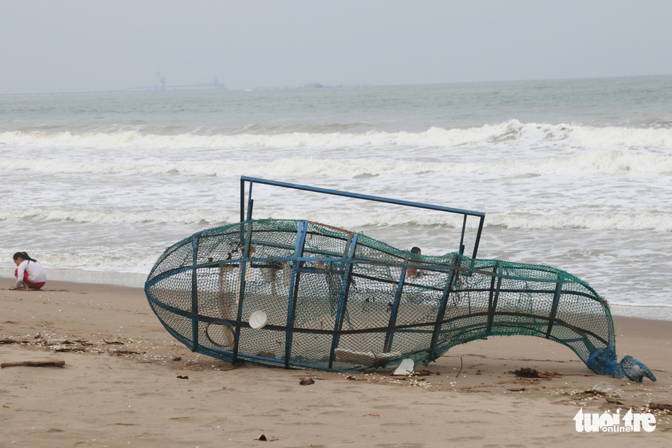 Hối hả tạo hào tránh sóng chống bão số 7 trên biển Cửa Lò - Ảnh 8.